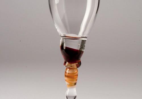 Pequeña copa de vidrio soplado